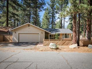 Comfy single-level, dog-friendly home w/ gas fireplace, near Heavenly, South Lake Tahoe