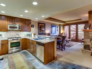 Gorgeous ski-in/ski-out condo with shared hot tub & pool!, Truckee