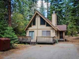 Cozy cabin in a quiet neighborhood; close to attractions, South Lake Tahoe