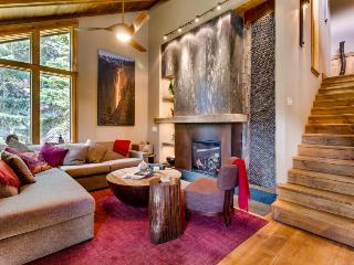 Elegant chalet in Alpine Meadows with a decorative indoor waterfall!, Lake Tahoe (California)