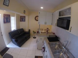 Triple M's - Poolside Loft- - LOCATION!!, Nassau