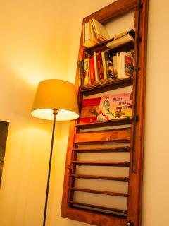 dettagli camera da letto e parte della piccola biblioteca a disposizione degli ospiti