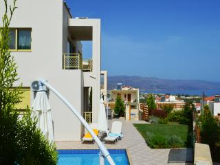 Villa Antigoni private pool & seaview, 3 bedrooms,Wifi,BBQ,close to the beach, Tavronitis
