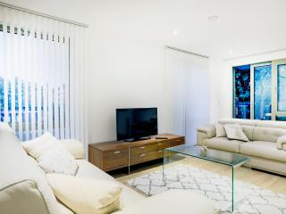 Living Room with 48' Full HD TV with Netflix Premium (Alternative View)