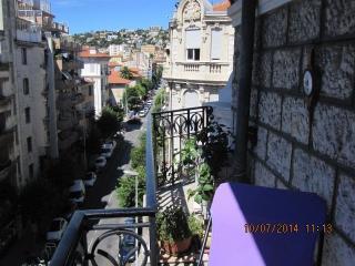 Appartement ensoleillé entouré de balcons