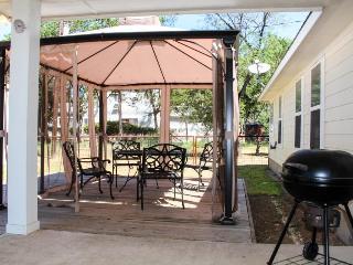 Tasteful home w/private patio & gazebo for entertaining!, Lakehills
