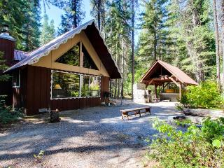 Cozy, secluded family-friendly cabin w/ private hot tub & game room