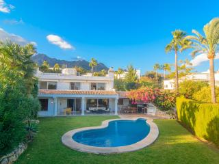Altos Reales villa with garden, pool, WiFi and BBQ, Marbella