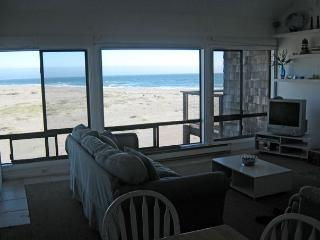 Living room with view to the Pacific