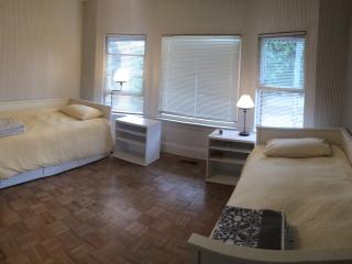 Large bedroom with 2 single beds in a house, Long Beach