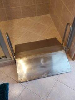 Iron ramp, easily removable, to let wheelchair users with wheelchairs in/out of the shower room