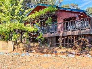 Spacious home surrounded by vineyards with private hot tub!, Redwood Valley