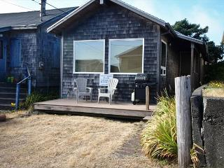 BY THE SEA ~ Cozy Cottage, just steps to the beach!!, Rockaway Beach