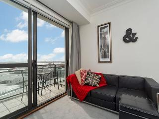 Sunny Central Auckland Apartment Sleeps 4 - Balcony, Carpark, Bayswater