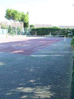 Le cours de tennis.