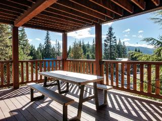 Large, dog-friendly home with a covered deck - close to skiing & Trillium Lake!, Government Camp