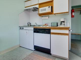 Gas fireplace, walk to town & beach, Seaside