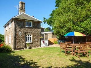 28 STONE COTTAGE, en-suite facilities woodburning stove, feature beams, WiFi, Ref 913819, Thorington