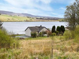 WOODLANDS COTTAGE, detached cottage on the banks of Loch Snizort, ground floor, open fire, beautiful views, near Portree, Ref 915282