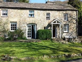 FARRIERS COTTAGE, semi-detached, woodburning stove, garden near Sedburgh, Ref 915228, Garsdale