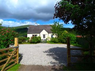 COSY COTTAGE, detached bungalow, open fire, pet-friendly, near Cannich and Inverness, Ref 924176