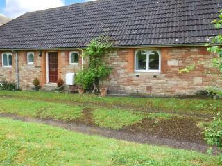 GREENMOUNT COTTAGE, detached, single-storey, en-suite, peaceful location, in Wel