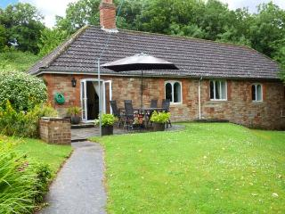 GREENMOUNT COTTAGE, detached, single-storey, en-suite, peaceful location, in Wel