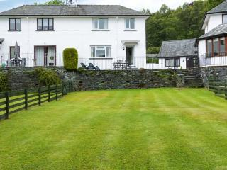 THOMPSON COTTAGE, contemporary holiday home, woodburner, WiFi, parking, in beautiful location, in Ambleside, Ref 927673