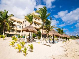 La Tortuga 7. Spacious condo on the 3rd floor overlooking the pool and beach, Akumal