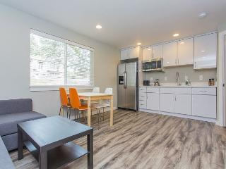 Explorer's 2BR Apartment Beside Victoria Creek – 10 Mins. from Downtown, Seattle