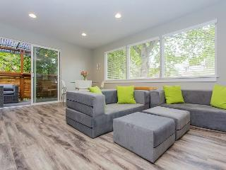 Contemporary 2BR Creekside Apartment – Sleeps 8!, Seattle
