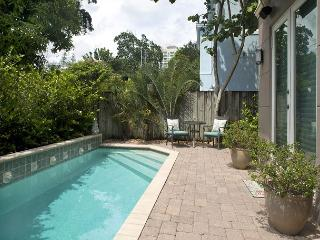 3BR Riverwalk Townhouse with Rooftop Deck - Walk to Downtown, Sleeps 6, Fort Lauderdale