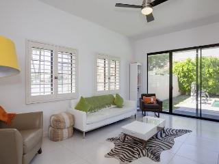 Mod Palm Springs House with Private Pool - Sleeps 9