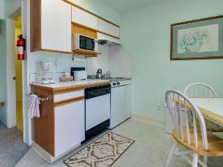 Affordable studio w/ entertainment & easy beach access - great location!, Seaside