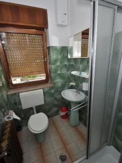 R1(3): bathroom with toilet