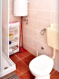 SA(2+1): bathroom with toilet