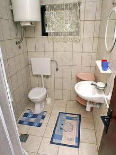 E1(4+2): bathroom with toilet
