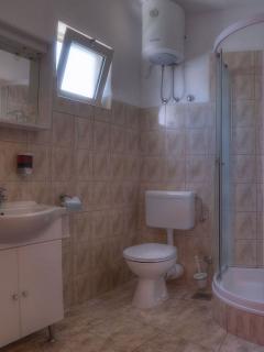 A4(4+3): bathroom with toilet