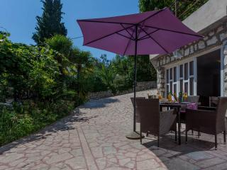 Apartment, 50m from a beach with big patio - No. 8, Okrug Gornji