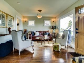Stunning, vintage home with private deck and backyard!, Seattle