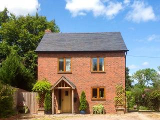 GARDEN COTTAGE, pet-friendly, large garden, WiFi, near Leominster, Ref. 915438, Ivington