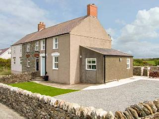 GLASFRYN, end-terrace, woodburner, pet-friendly, in Llanfaethlu, Ref 917102