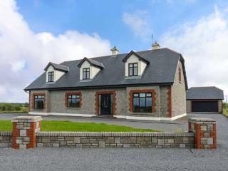 CLOONACASTLE COTTAGE, detached, garden, two en-suite showers, WiFi, near Ballinr