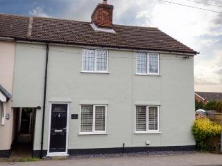 ANGEL COTTAGE, character cottage with WiFi, pets welcome, enclosed garden, near amenities in Hadleigh, Ref. 928053