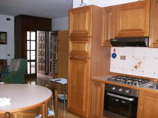 Cucina completa di frigorifero con freezer, forno, bollitore e microonde