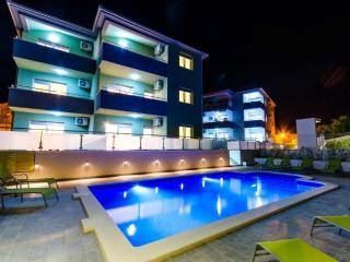 Top Floor Fantastic View + Pool S6!!, Okrug Gornji