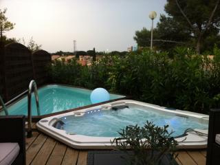 Villa au calme avec SPA, piscine, jardins, climatisation, WIFI, plage a 600m.