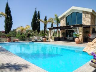 A hidden jewel, sleeps 8, magnificent gardens,pool