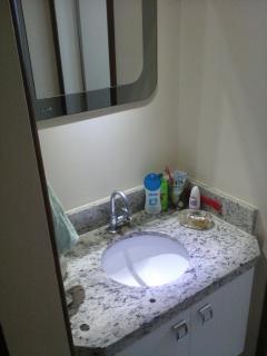 Banheiro social com lavabo.