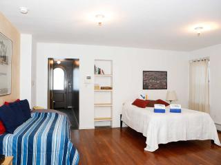 Quiet , Charming Duplex 1000 Sq. Ft. Sleeps X 6 People, New York
